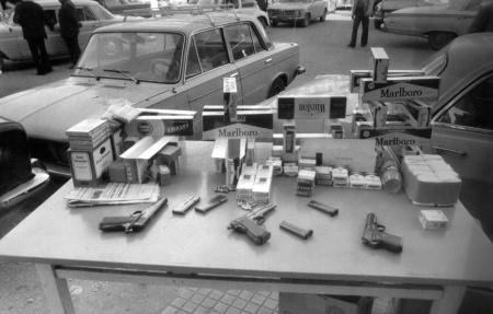 بائع دخان في جونية يبيع السجائر والمسدسات جنبا الى جنب في 22-12-1975