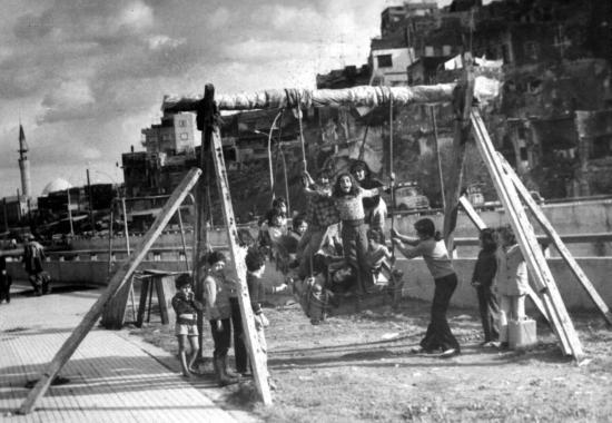 أطفال يلعبون بالأراجيح في طرابلس قرب نهر أبو علي في 01-12-1976