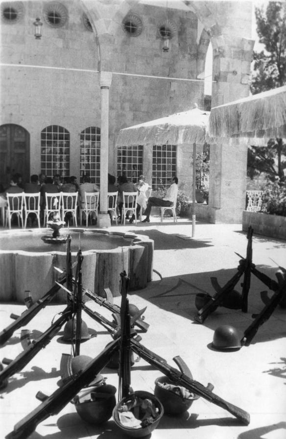وليد جنبلاط مولماً على شرف بعض ضباط حزبه في 15-7-1985