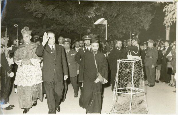 أمين سر البطريركية المارونية، والبطريرك الماروني لاحقاً، نصرالله بطرس صفير مع الرئيس اللبناني فؤاد شهاب عام 1960.